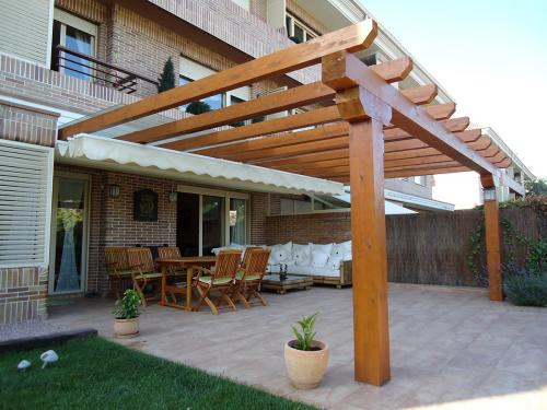 pergola-de-madera-cubierta
